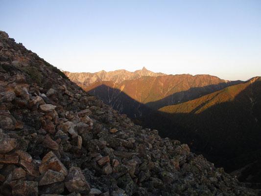 登り始めると槍ヶ岳に常念岳のピラミダルな影がきれいに映っていた