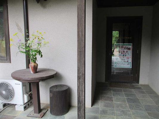 入り口には秋の花が飾られていました