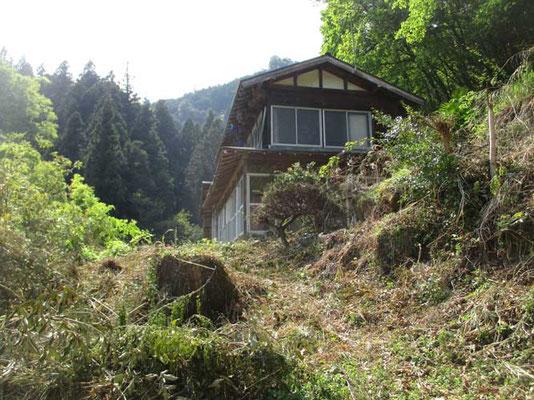 下山して民家の脇に飛び出しましたが、もう人は住んでいませんでした 様子からわりと最近まで生活があった雰囲気です