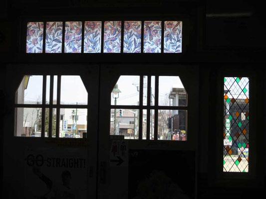 大沼公園駅の駅舎はレトロな雰囲気で、改札の中から見ると、正面入口のステンドグラスがとてもきれいでした