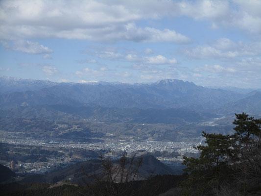秩父の町と遠く両神山の方