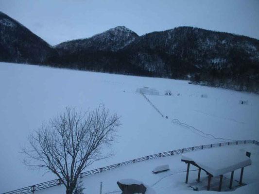 然別湖コタンがある凍った湖