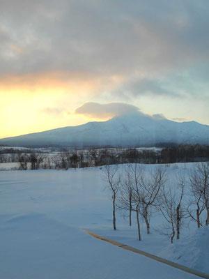 三日目朝、ペンションの窓から見える斜里岳 頂上が雲に隠れている