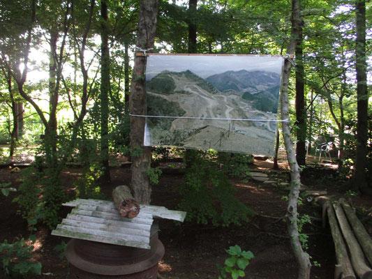 砕石で山が崩され失われている姿を写したパネル 毎月の月例山行で踏査しています