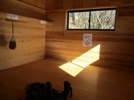 避難小屋内の様子 木の香も芳しい? でも残念なのはここの小屋にはトイレがありません