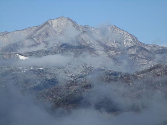木が切れた箇所に出たところでちょうど霧が一瞬晴れ、シャッターチャンス 茅ヶ岳