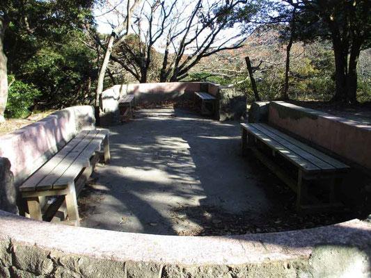 「観月台」コース ここはかつて京急が出資して観光地とするために作った「京浜急行グラウンド」があったとのこと これは当時の東屋(石造り)の基部です 少し前の写真資料では屋根が付いていましたが、すでに今は撤去されてありません