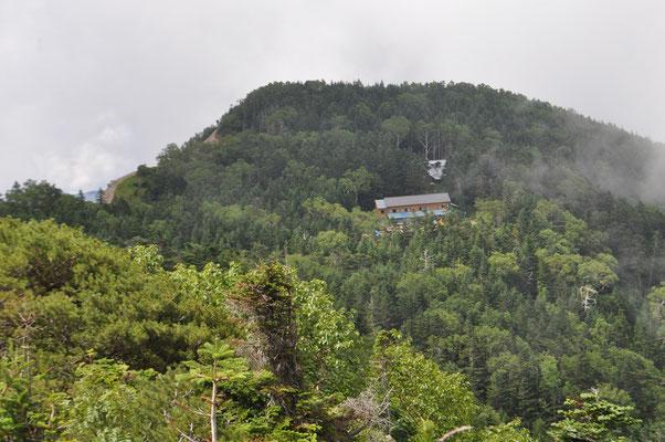 三伏山に登り振り返れば峠の小屋が見えます