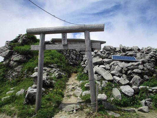 本山小屋の脇にある飯豊山神社