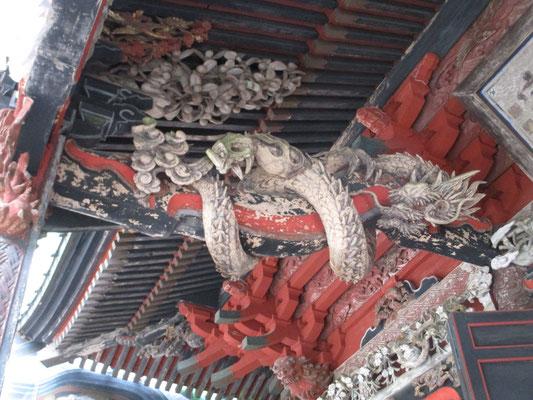 本殿の彫り物が素晴らしい 向かって左手の龍は白色