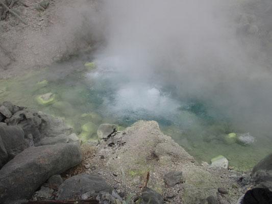 あまりの蒸気で写真がなかなか撮れないほどの温泉湧出量