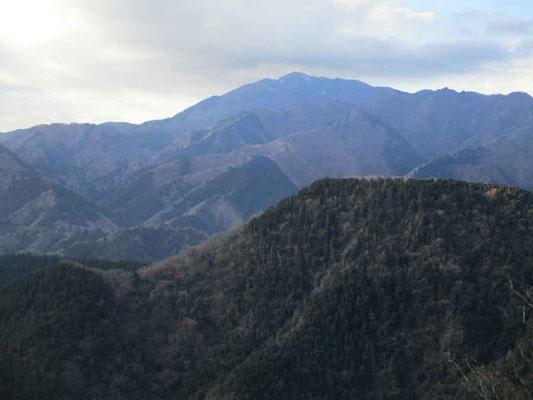 荻野高取山の先にある発句石から望む大山