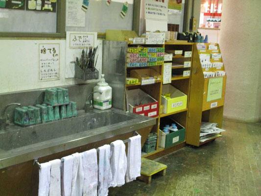 工作室の絵の具・ニスなどのコーナーと水洗い場 雑巾もきれいになってしつらえてあります