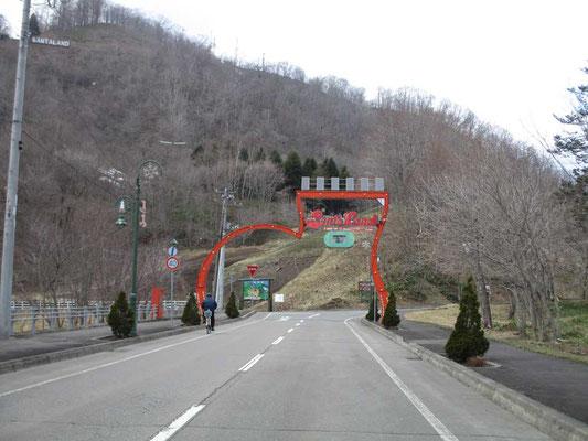 広尾町はサンタの故郷ノルウェーから認証を受けた日本で唯一のサンタランド、という事で入り口にはこんなアーチがありました
