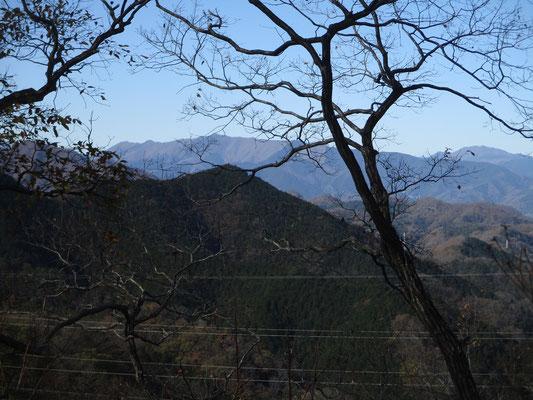 中央線を挟んで向こう側の権現山の稜線 右端の奥に見えるのは奥多摩の三頭山