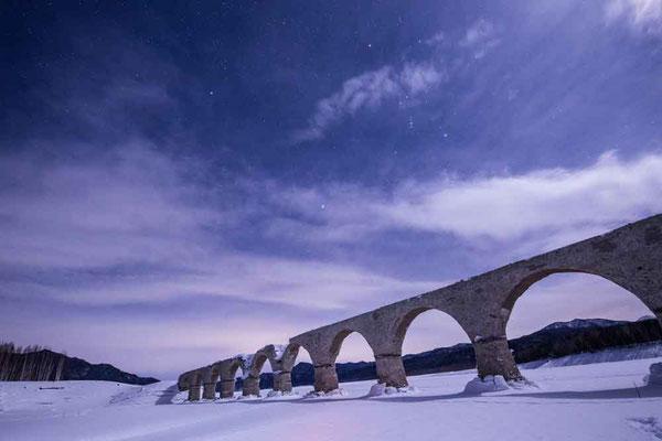 Kさんの美しいタウシュベツ橋梁の写真 空にはオリオン座が見えます
