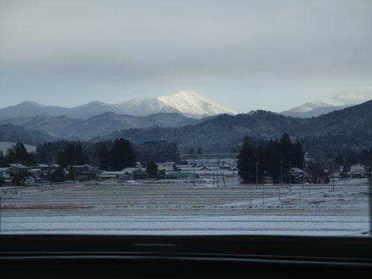 東北に入りしばらくすると広い岩手県に入る ふと気づいた東側の白い山 多分、早池峰山では!? 一気に眠気も吹っ飛ぶ
