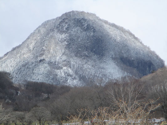 峠から望遠で見た榛名富士脇の烏帽子岳 雪がつくと立派な様子になる