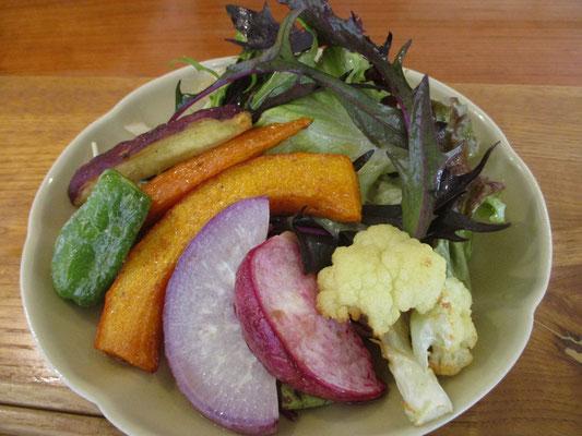 Hさんに連れて行ってもらったカレー屋さん こんなに盛りだくさんの美味しい野菜が付きます