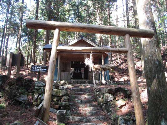 山頂直下の白光神社