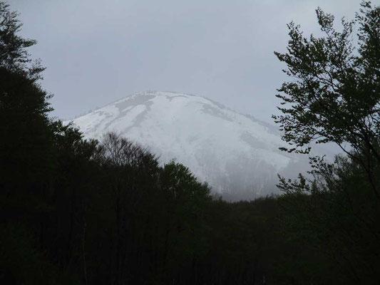 静かな残雪の八甲田山