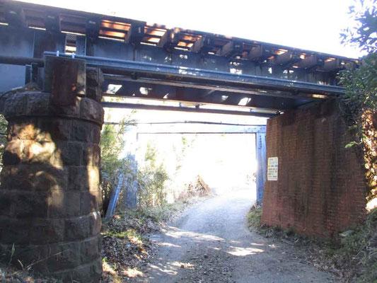 浜金谷駅〜登山口間ではJR内房線のガード下を通ります かなり年期の入ったレンガ造りや石積みの高架です