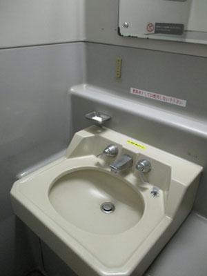 もう今の特急にはない蛇口・シンクの洗面所 でもちゃんと石鹸がおいてあります
