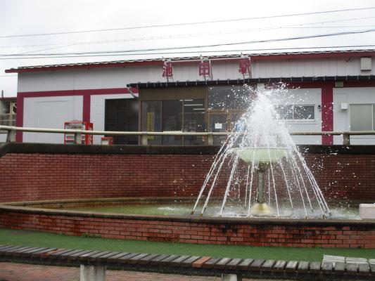 池田駅 池田町には大きなワイナリー施設もあり、ワインが売り 噴水もなんとワイングラス!