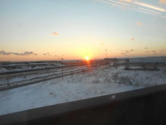 釧路駅を出るとすぐに夕日が太平洋に沈んでいきました