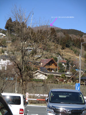 芦ヶ久保の道の駅駐車場から見た日向山 白く小さく山頂にあった展望台が見える