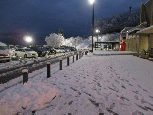 早朝の談合坂SA かなりの積雪