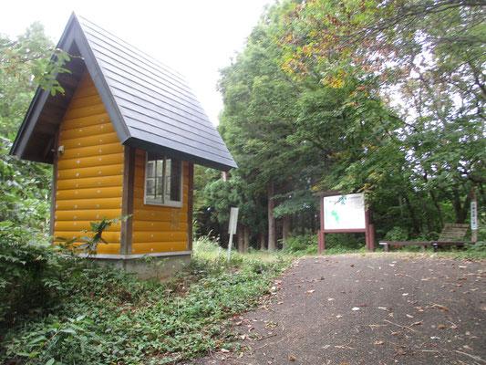 駐車場からしばし林道を歩いて行くと、本当の登山口に到着 この小さな小屋には登山届のキットが設置してある