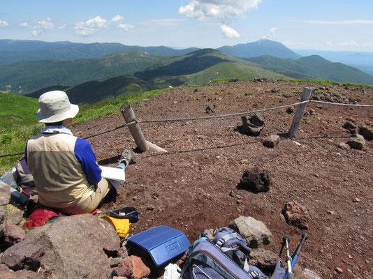 山頂にて岩手山の方をスケッチ