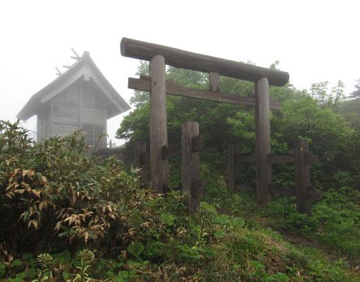 避難小屋隣りに森吉神社がある