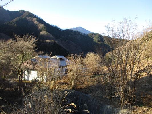 人家を見下ろすようになると、武甲山が見えてきました