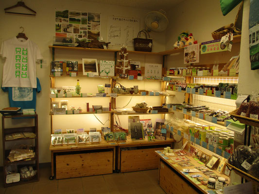 只見駅に併設されている「只見町観光まちづくり協会」のお店 地元の物産品や伝統工芸品、最近はおシャレな小物も売っていて見ているだけでも楽しいです