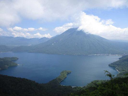 半月山の山頂下 展望台から男体山と中禅寺湖