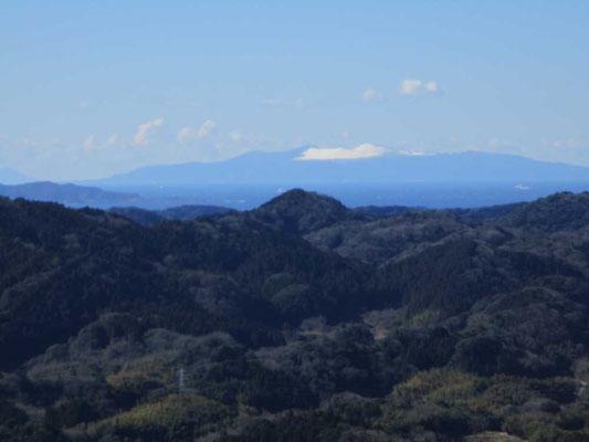 遠くに青く見える大島、そして白いものは何と大島に降った雪が残っているのでした