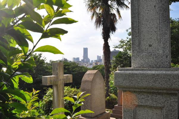 外人墓地の一角からの眺め 遠景にはみなとみらい地区のランドマーク・タワーが小さく見えます