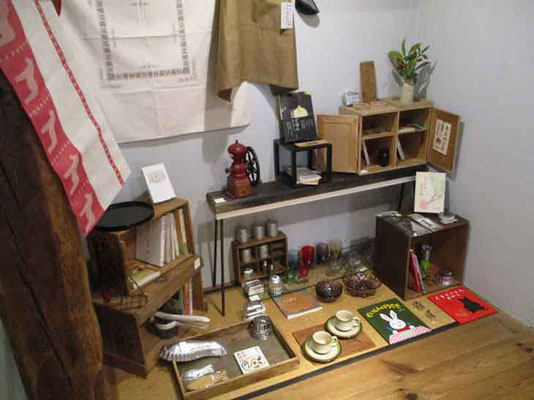 昔懐かしい器具や道具、食器も並んでいてついつい見とれてしまいます
