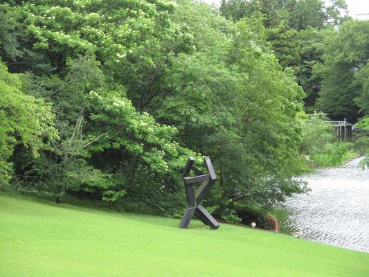 広い芝生にもいくつかの作品