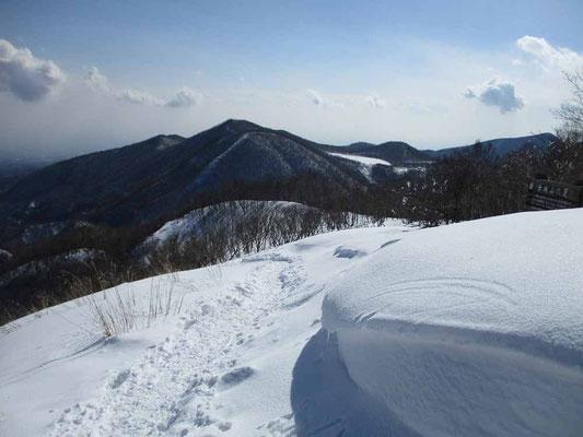 座布団のように厚みある積雪 向こうの山は長七郎山 チラリと見える白い塊は小さい沼の小沼(この) あんな上の方に水が溜まっているのが不思議に感じます