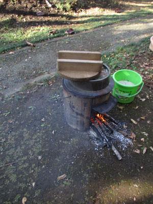 芋煮の様子 薪とお釜で作っている
