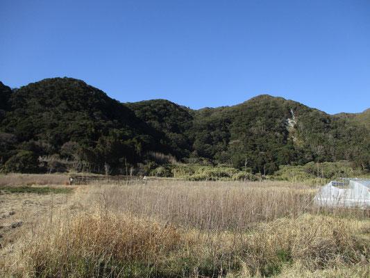 同じ様な様子の低山が続く 真ん中の奥あたりが多分高塚山