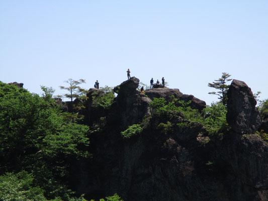 最初のお休み処「見晴台」から向こう側を見ると「大砲岩」の上に人が乗っています