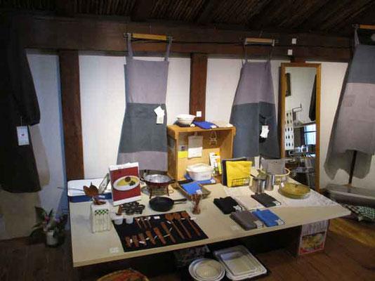 帰路に立ち寄った画廊喫茶Gargasの展示 今月は「台所展8」で恒例の台所用品や作家さんの手作り作品を所狭しと並べてあります