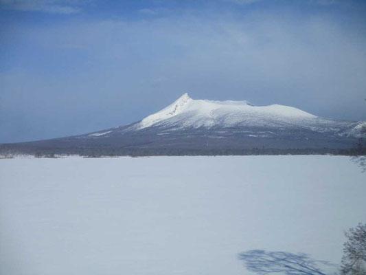 大沼公園からの駒ケ岳 トンガリは剣ヶ峰