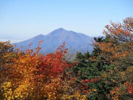 紅葉を前景に会津磐梯山