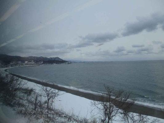 十勝方面ではいい天気だったのが、函館本線に乗り換える頃には真冬の寒々しい空色になってきました