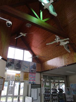 駅舎の中にも丹頂鶴が飛んでいました